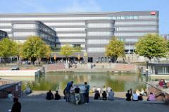Blick über das Vera Brittain Ufer und dem Mittelkanal zum Verwaltungsgebäude der Deutschen Bahn in Hamburg Hammerbrook.