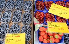 Wochenmarkt in Hamburg  Wellingsbüttel Marktstand mit Obst und Gemüse - Blaubeeren, Johannisbeeren und Erdbeeren.
