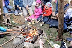Abenteuerliches Grillen über einem Lagerfeuer für Kinder  in einem Zelt auf dem Kartoffelmarkt von Gut Wulksfelde.