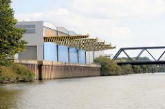 Lagergebäude  direkt am Ufer des Tidekanals in Hamburg Billbrook.
