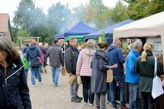 Blick auf den Kartoffelmarkt mit einzelnen Info-  und Verkaufsständen beim Gut Wulksfelde in Tangstedt an der Grenze zu Hamburg Duvenstedt.