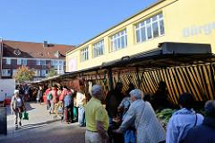 Wochenmarkt / Marktstände vor dem Bürgerhaus im Hamburger Stadtteil Eidelstedt.