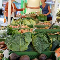 Wochenmarkt in Hamburg  Wellingsbüttel, Marktstand mit Obst und Gemüse - Wirsingkohl.