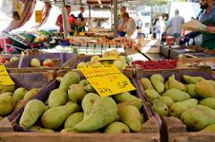 Wochenmarkt in Hamburg  Wellingsbüttel, Marktstand mit Obst und Gemüse -  Kisten mit Birnen aus integriertem Anbau.