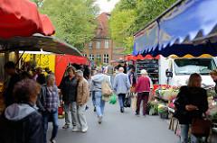 Marktstände auf dem Wochenmarkt in Hamburg Sasel / Saseler Marktplatz.