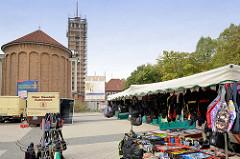 Marktstände auf dem Wochenmarkt Strassburger Platz in Hamburg Dulsberg. Im Hintergrund die Frohbotschaftskirche, die zur Nutzung für  Kindertagesstätte Gemeinderäume umgebaut wird.