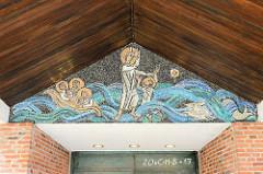 Mosaik  Tympanon am Eingang der Sankt Peter Kirche in Hamburg Groß Borstel. Die Kirche geweiht 1959 - Architekten Otto Andersen, Walter  Bunsmann und Paul-Gerhard Scharf; das Gebäude steht unter Denkmalschutz.