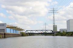 Industriegebiet / Gewerbegebiet Hamburg Billbrook; Blick über den Tidekanal  zu Tidekanal-Brücke.