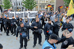 Antifaschisten gelang es spontan, direkt auf dem Hamburger Gänsemarkt Protesttransparente zu zeigen - eine Polizeikette schützt schnell die rechtsgerichete Veranstaltung.