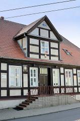 Restauriertes Fachwerkgebäude in Ziegenort /  Trzebież - Rathaus des Dorfes.