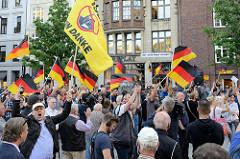 """Deutschlandfahnenschwenken auf dem Hamburger Gänsemarkt bei der Anti-Merkel-Demo, die von Rechtsextremen unter dem Motto """" Merkel muss weg"""" angemeldet wurde."""
