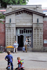 Eingang der Hochbahnstation Hudtwalckerstraße  an der Bebelallee in Hamburg Winterhude, erbaut  1914.