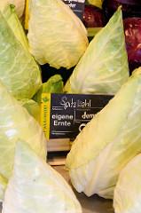 Wochenmarkt auf dem Marktplatz von Hamburg Langenhorn,  Marktstand mit  Gemüse / Spitzkohl.