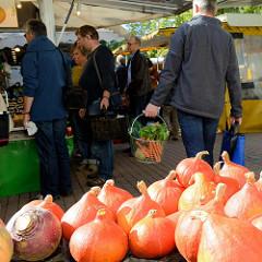 Verkaufsstand mit Kürbissen  auf dem Wochenmarkt Tibarg im Hamburger Stadtteil Niendorf.