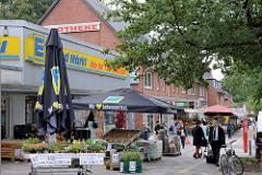 Geschäfte in der Tangstedter Landstraße  im Hamburger Stadtteil Langenhorn.