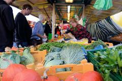 Marktstand mit frischem Gemüse auf dem  Wochenmarkt Tibarg im Hamburger Stadtteil Niendorf.