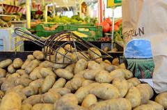 Wochenmarkt in Hamburg  Wellingsbüttel, Marktstand mit Obst und Gemüse - lose Kartoffeln mit Kartoffelschaufel  und Papiertüte