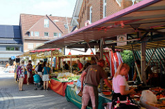 Marktstände auf dem Wochenmarkt im Hamburger Stadtteil Wellingsbüttel.