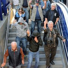 """Am Ende der rechtsgerichteten Veranstaltung """"Merkel muss weg"""" auf dem gehen die TeilnehmerInnen geschlossen zur U-Bahnstation Gänsemarkt und werden in einem Sonderzug abtransportiert."""
