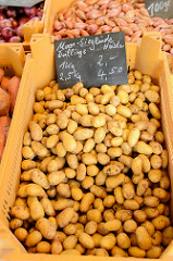 Marktstand auf dem Wochenmarkt Straßburger Platz in Hamburg Dulsberg, Heidekartoffeln im Angebot.