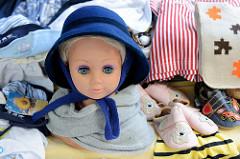 Verkaufsstand mit Kinderkleidung auf dem Wochenmarkt Tibarg im Hamburger Stadtteil Niendorf.