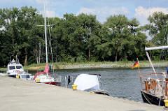 Sportboothafen / Marina von Ziegenort /  Trzebież - große und kleine Boote liegen geschützt an der Kaimauer.