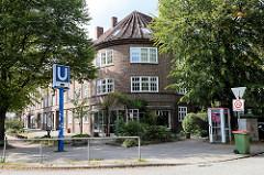 Rundes Eckgebäude - Wohnblock mit Geschäften im Erdgeschoss - Backsteinarchitektur in der Alsterdorfer Straße im Hamburger Stadtteil Alsterdorf..