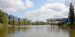 Blick in den Moorfleeter Kanal von Hamburg Billbrook; Tankanlagen und Kräne am Ufer.