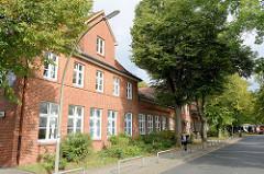 Blick auf das  unter Denkmalschutz stehende historische Schulhaus in der Kunaustraße in Hamburg Sasel. Das Gebäude wurde ursprünglich 1893.