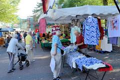 Wochenmarkt beim Eidelstedt Center im Hamburger Stadtteil Eidelstedt; Marktstände mit Kleidung.