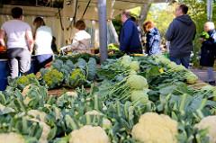 Marktstand mit frischem Gemüse auf dem Wochenmarkt Tibarg im Hamburger Stadtteil Niendorf. Blumenkohl, Kohlrabi und Brokkoli sind auf einem Tisch ausgebreitet.