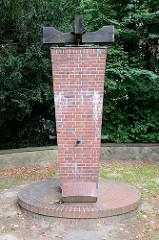 Kriegerdenkmal im Saseler Park - Denkmal für die Gefallenen der Weltkriege 1914 / 18 und 1939 / 45; die Anlage steht Denkmalschutz.