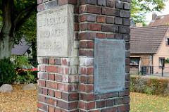 Gedenkstein für die Gefallenen des Ersten Weltkriegs bei der Auferstehungskirche in Hamburg Lurup. Namenstafel und Inschrift / Bibelzitat Und der Tod wird nicht mehr sein.