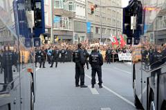"""Wasserwerfer bewachen den Hamburger Gänsemarkt auf dem die rechtsgerichtete Kundgebung """"Merkel muss weg"""" stattfindet."""