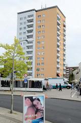 Hochhaus / Wohnhaus am Tag auf Platz in Hamburg Lurup - Markstände vom Wochenmarkt.