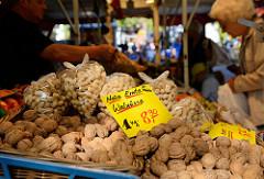 Marktstand auf dem Wochenmarkt in Hamburg Lokstedt / Grelckstraße;   es werden unter anderem Walnüsse aus Chile angeboten sowie Erdnüsse in der Schale.