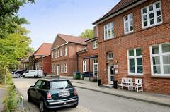 Rückseite vom unter Denkmalschutz stehenden historischen Schulhaus in der Kunaustraße in Hamburg Sasel. Das Gebäude wurde ursprünglich 1893 errichtet.
