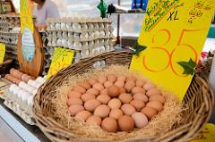 Marktstand mit frischen Eiern auf dem Wochenmarkt von Hamburg Langenhorn.