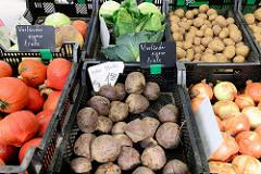 Marktstand mit Gemüse auf dem Wochenmarkt an der Borsteler Chaussee im Hamburger Stadtteil Groß Borstel. Im Vordergrund Knollen von  Roter Bete aus den Vierlanden.