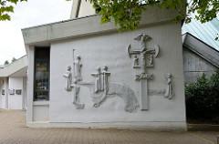Wandrelief an der St. Jakobus Kirche im Hamburger Stadtteil Lurup, errichtet 1971 - Architekten Walter  Bunsmann, Jörn Rau und  Paul Gerhard Scharf. Das moderne Kirchengebäude in der Jevenstedter Straße ist ein Hamburger Kulturdenkmal und  steht unte