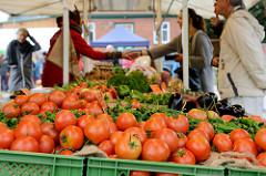 Verkaufsstand der Gärtnerei Gut Wulksfelde beim Kartoffelmarkt; im Vordergrund frische Tomaten.