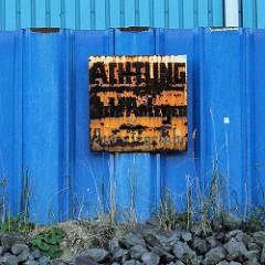 Altes verrostetes Metallschild an einer blauen Spundwand im Querkanal von Hamburg Steinwerder - Aufschrift Achtung Nicht Anlegen - Aufsetzgefahr.