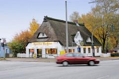 Altes Schulgebäude / Dorfschule mit Reetdach an der Luruper Hauptstraße in Hamburg Lurup. Die Schule wurde um 1823 errichtet und steht als Kulturdenkmal der Stadtteils unter Denkmalschutz ( 2009 ).