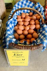 Marktstand mit tagesfrischen Eiern im Korb auf dem Wochenmarkt an der Borsteler Chaussee im Hamburger Stadtteil Groß Borstel.
