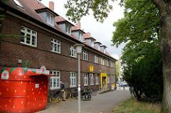 Blick zum unter Denkmalschutz stehenden Postgebäude am Saseler Markt  im Hamburger Stadtteil Sasel.