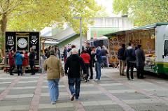 Wochenmarktstände / Imbissstände am Dakarweg im Hamburger Stadtteil Winterhude.
