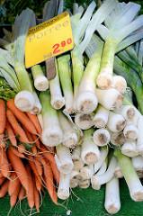 Wochenmarkt in Hamburg Eidelstedt - Porree und Möhren werden auf einem Gemüsestand angeboten.