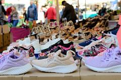 Verkaufsstand mit Schuhen auf dem Wochenmarkt Tibarg im Hamburger Stadtteil Niendorf.