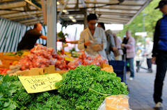 Wochenmarkt in Hamburg Langenhorn / Schmuggelstieg; Marktstand mit Obst und Gemüse - im Vordergrund  Petersilie glatt und kraus.