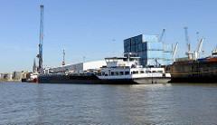 Ein Binnenschiff liegt am ehem. Kamerunkai im Steinwerder Hafen / Grenzkanal - Süd Westhafen im Hamburger Hafenstadtteil Steinwerder.
